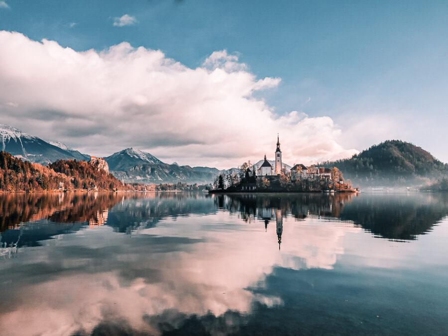 ammirare il castello, l'isola e le montagne passeggiando attorno al lago di bled